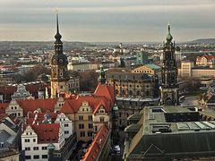 Blick von der Frauenkirche auf den Hausmannsturm und die Hofkirche des Schlosses
