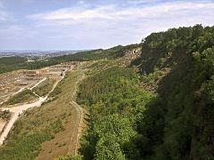 Blick von der Plattform zum Steinbruch