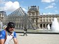 Manfred an der Louvre Pyramide