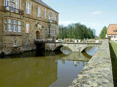 Wassergraben und Eingangsbrücke
